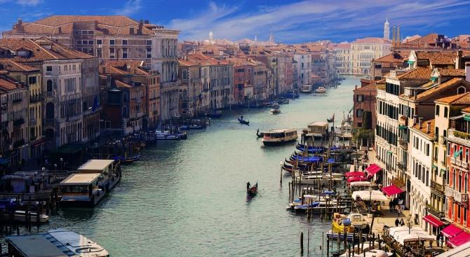 Протест във Венецияпоиска да бъде забранено влизанетона големи круизни кораби в лагуната