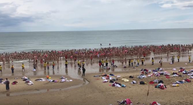 1800 жени влязоха голи в морето заради кауза