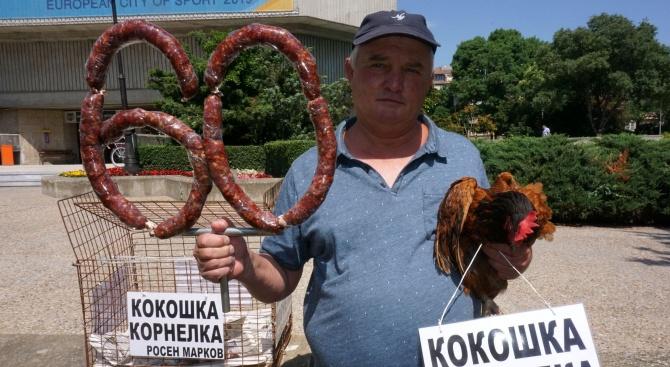 Росен Марков с подарък за Борисов -  кокошката Корнелка