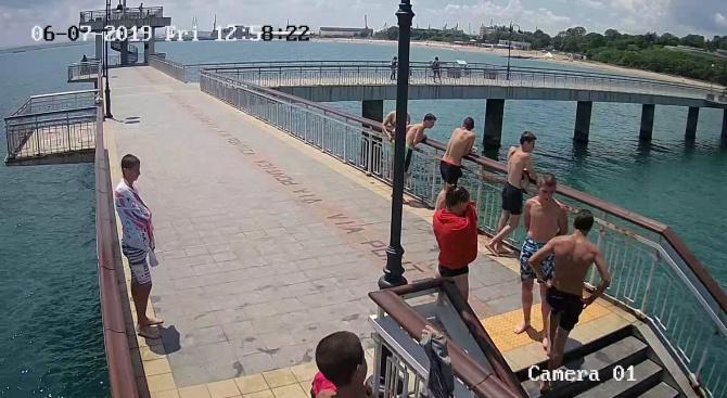 Младежи изпочупиха охранителна камера на моста на централния плаж в Бургас