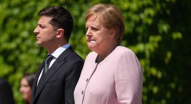 На Ангела Меркел ѝ прилоша по време на срещата с Володимир Зеленски