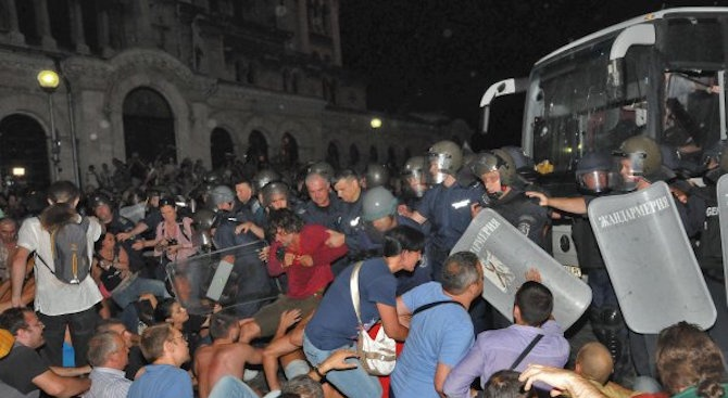 Полицай, обвинен в побой над протестиращи срещу кабинета Орешарски, осъди прокуратурата