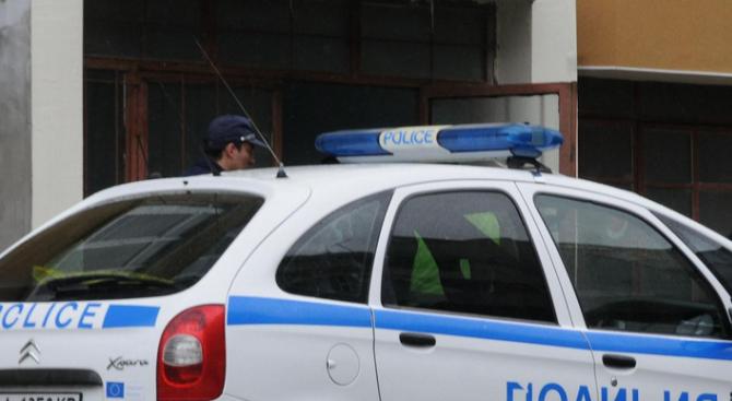 Младеж удари полицай, опитващ да го провери
