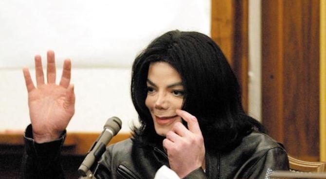 Децата на Майкъл Джексън носят огърлици с праха му