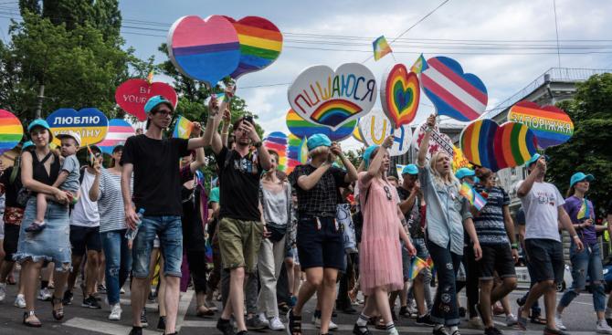 Хиляди участваха в гей парад в Киев