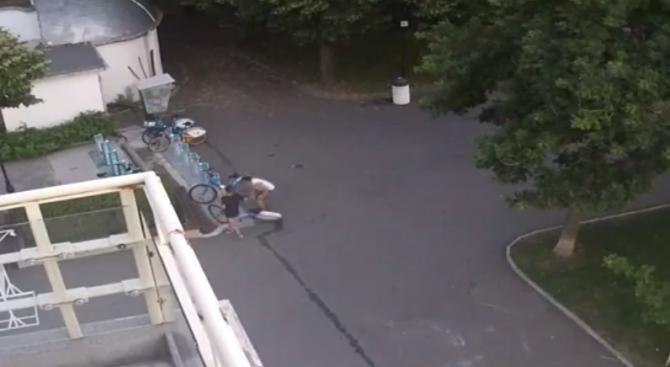 Младежи разбиха велостоянка и откраднаха колело от Морската градина в Бургас