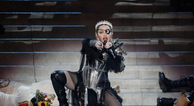 Мадона призова за контрол над оръжията с новия си клип