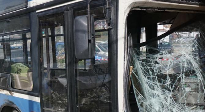 Градски автобус и кола се сблъскаха край Бистрица, има пострадали