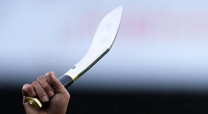 Психар посрещна полицаи с ножове в Царево. Раниха го