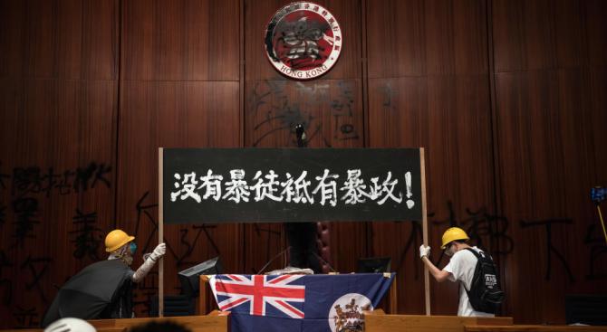 Протестиращи нахлуха в парламента в Хонконг