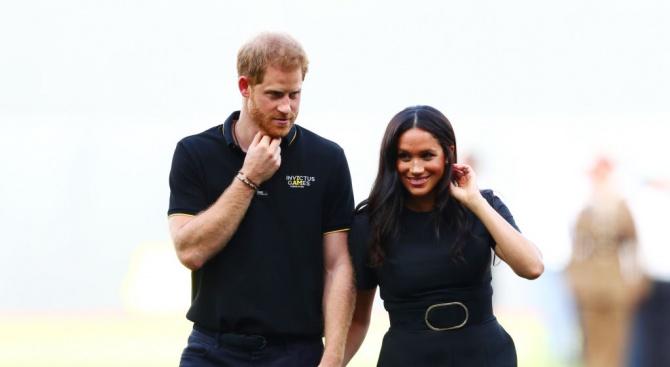 Хари и Меган разгневиха кралските поклонници
