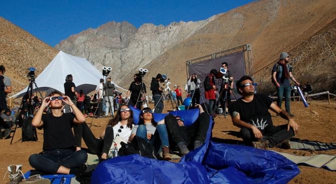 """Незрящи хора """"слушаха"""" слънчевото затъмнение в Чили"""