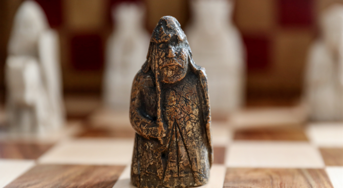 Шахматна фигура от 12-и век беше продадена на търг за над 900 000 щатски долара