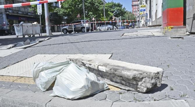 Огромно парче от балкон се срути на оживена улица в центъра на столицата