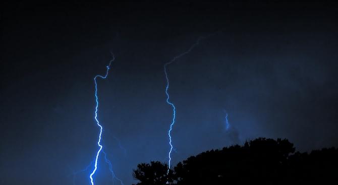 Силни гръмотевични бури през нощта в Благоевград и Пловдив
