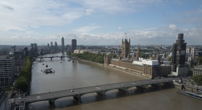 Туристически кораб се блъсна в Уестминстърския мост