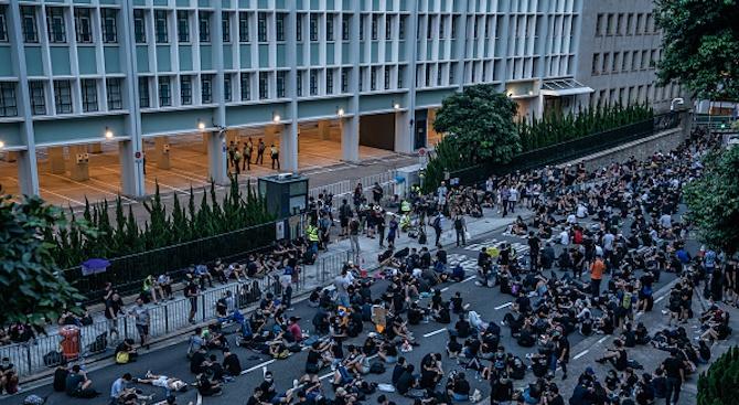 Хиляди демонстрираха в Хонконг, за да пратят послание към жителите на континентален Китай