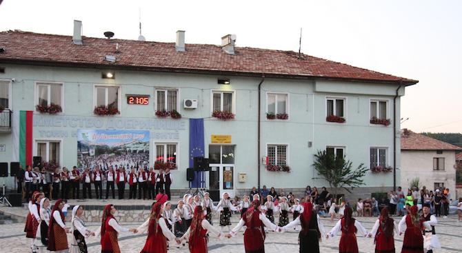 Пъстра феерия от хора, танци и песни в Добринище