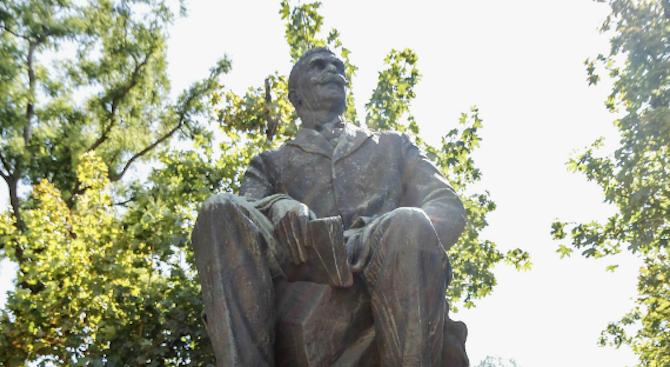 Фандъкова поднесе цветя пред паметника на Иван Вазов в София