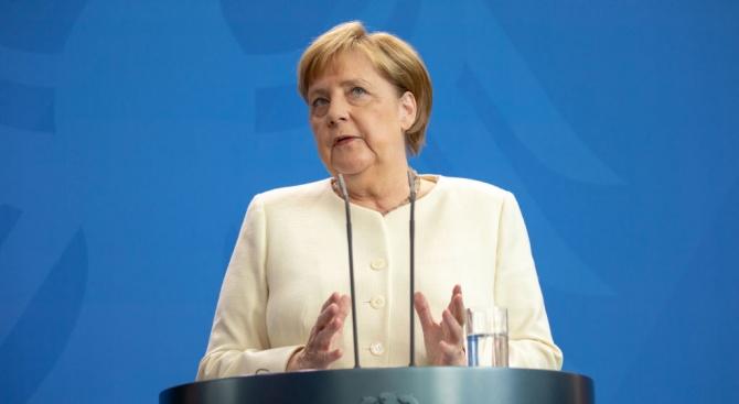 Меркел е дишала затруднено на среща с журналисти в Париж
