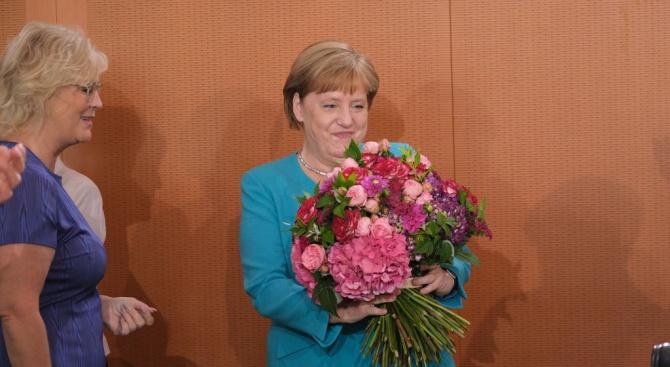 Меркел е в добро здраве и е готова да довърши мандата си, увери началникът на кабинета й