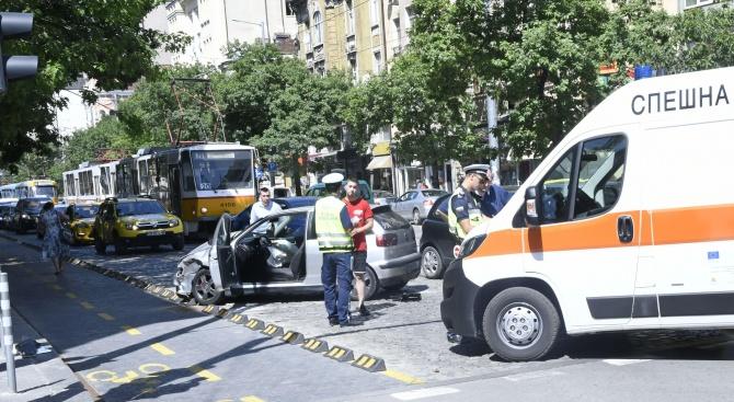 Линейка и кола катастрофираха на кръстовище в центъра на София