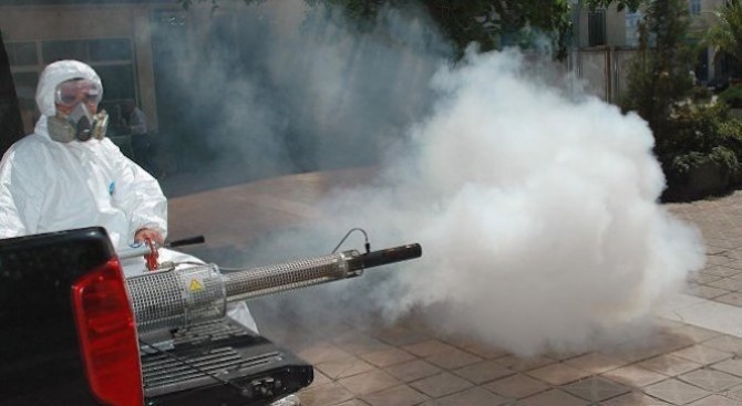 Пръскат за трети път срещу комари в Ямбол