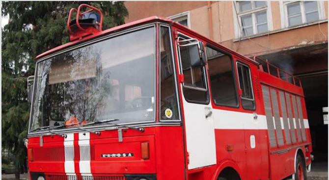 Служители на РДПБЗН-Пловдив извадиха варели за съхранение на химикали от р. Марица