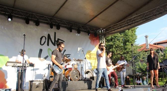 С пълен площад и хиляди фенове Банско даде старт на турнето One Love tour 2019