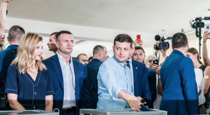 Партията на Зеленски печели предсрочните избори в Украйна
