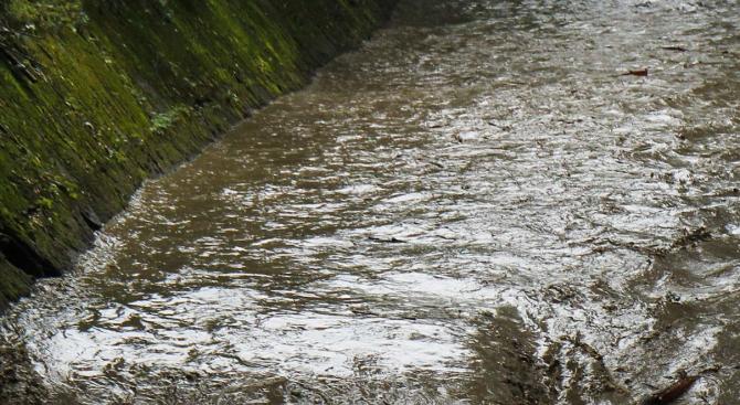 Проливен дъжд и придошла река подкопаха пътя Велинград-Якоруда