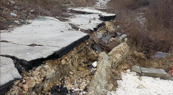 Пороите образуваха опасно свлачище край село Черна места