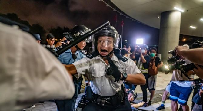 Хонконгската полиция използва сълзотворен газ срещу участници в неразрешен протест