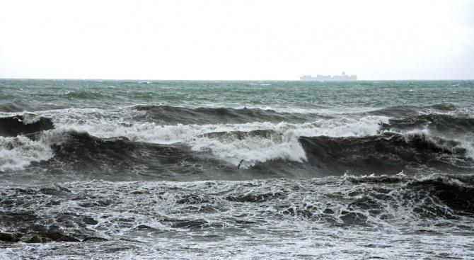 Големите вълни в морето в Албания убиха двама души