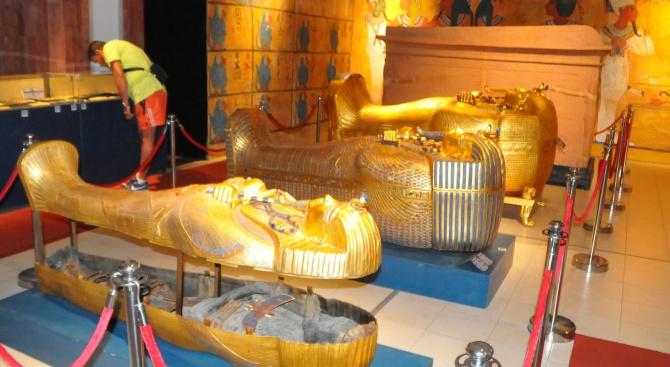 Поток от посетители на изложбата на Тутанкамон в Бургас