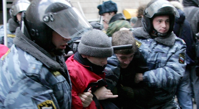 Руски опозиционер нанесе морална щета на полицай с кош за боклук