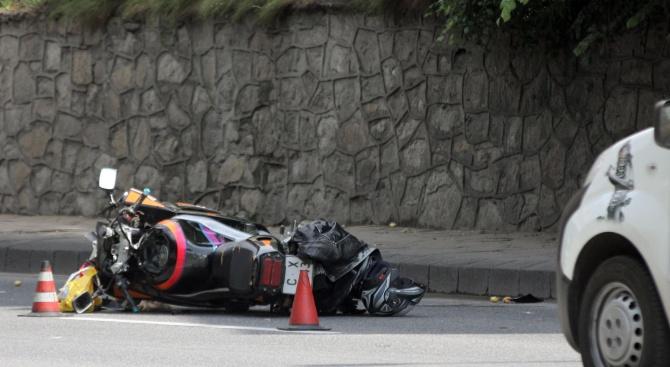 Моторист е с опасност за живота след катастрофа във Варна