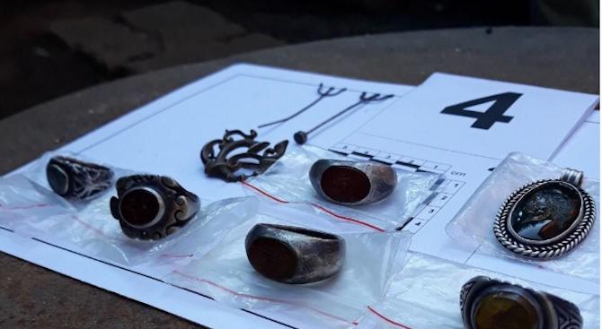 Заловиха двама иманяри, продавали антични вещи в Плевен
