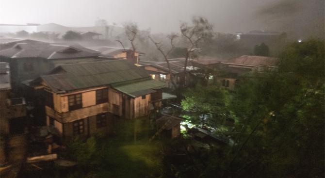 Силен тайфун достигна Южна Япония и наруши транспорта