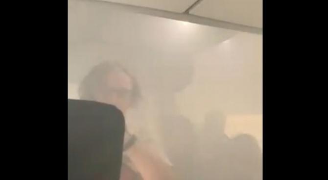Паника в самолет, евакуираха пътници заради дим в салона
