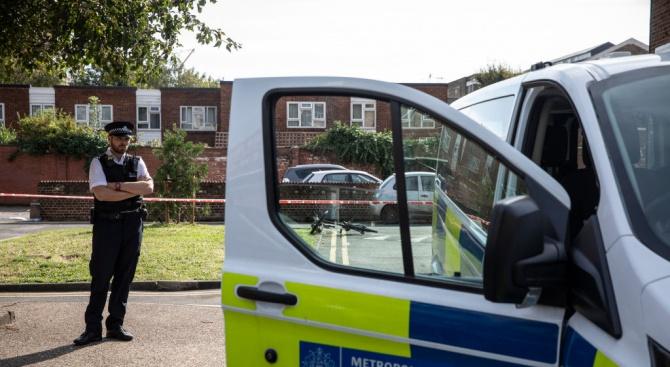 Тийнейджърът, който хвърли 6-годишно дете от лондонска галерия, остава в ареста