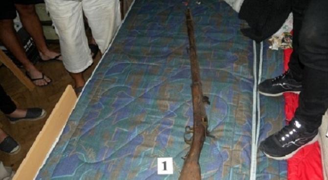 Намериха незаконни боеприпаси и оръжие в дома на 66-годишен мъж