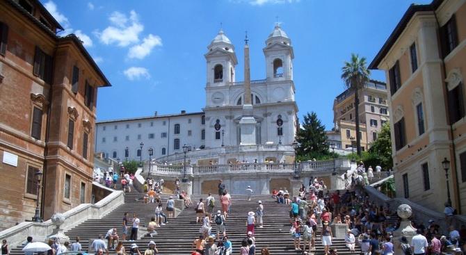 400 евро глоба за сядане на Испанското стълбище в Рим