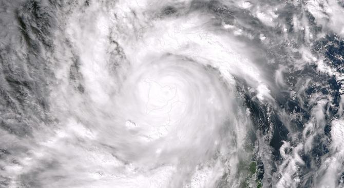 Китай се готви за супер тайфуна Лекима