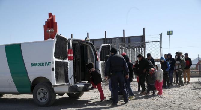 Близо половината от задържаните в сряда имигранти в САЩ са пуснати на свобода