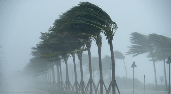 Ураганни ветрове, виелици и проливни дъждове връхлетяха част на Югоизточна Австралия
