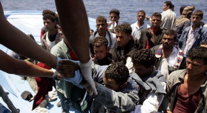 Спасителен кораб прибра 80 мигранти от гумена лодка край Либия