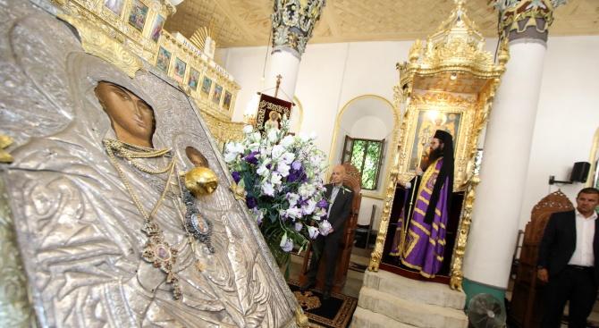 """В Хасково посрещнаха чудотворната икона """"Света Богородица - златна ябълка"""""""