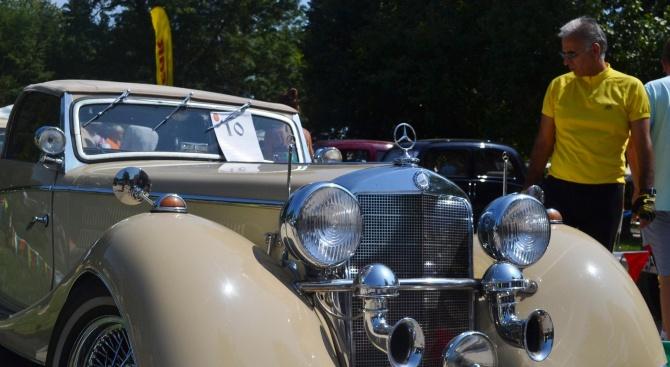 Ретро парад в Добрич показва автомобили, познати от снимки и филми