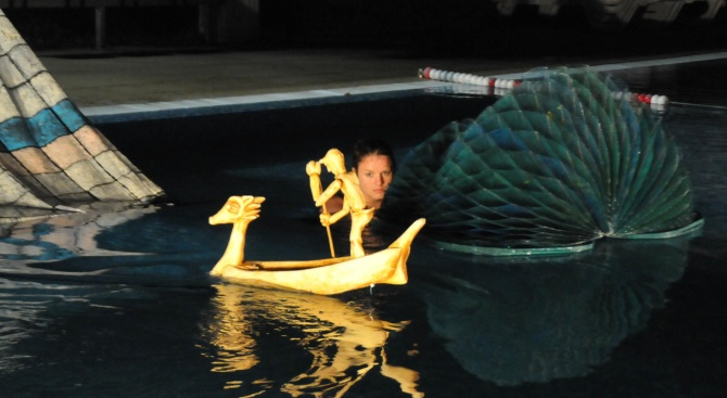 "Малък куклен театър ""Слон"" представи постановка в басейн в Бургас"